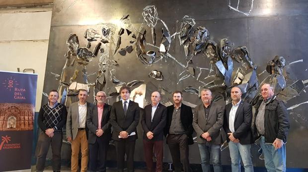 El artista Antonio Peris Carbonell, en su taller con los alcaldes y el secretario autonómico, durante la visita
