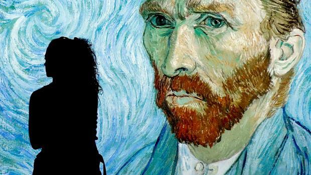Una visitante en una de las salas de la exposición interactiva diseñada por el Museo Van Gogh de Amsterdam