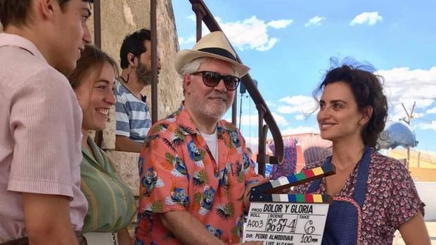 Pedro Almodóvar, junto a Penélope Cruz, en el rodaje de «Dolor y Gloria»