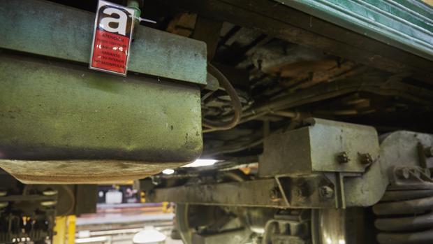 Señal que indica que existe un elemento que contiene amianto, señalizando un tren del Metro de Madrid