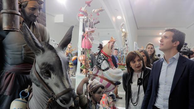 Pablo Casado e Isabel Bonig, en Valencia en la exposición del ninot