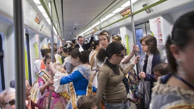 Imagen de un grupo de falleras en el Metro de Valencia