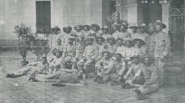 Barcelona, 1898. Los oficiales y soldados que formaron la guarnición de Baler (Filipinas), a su llegada a Barcelona