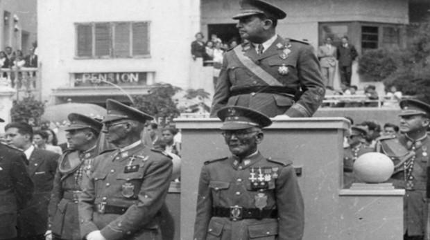Eustaquio Gopar (izq.) y Hernández Arocha (dcha.) bajo la presidencia de García Escámez