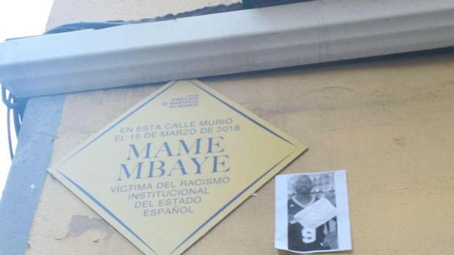 El sindicato de manteros pone una falsa placa municipal a Mame Mbaye en Lavapiés