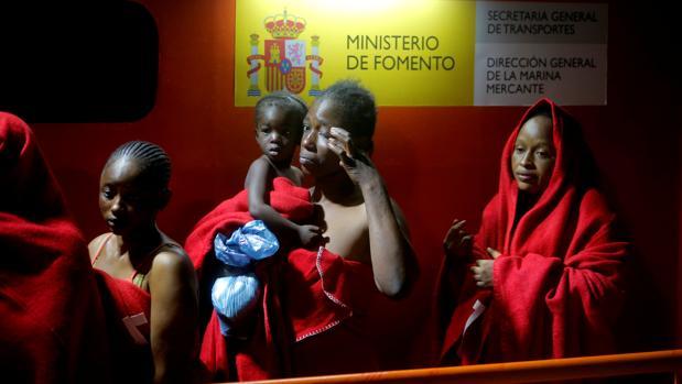 Varias mujeres inmigrantes, con una niña, rescatadas en aguas españolas