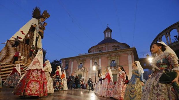 La «Geperudeta» con parte de su manto blanco de claveles, este domingo en Valencia