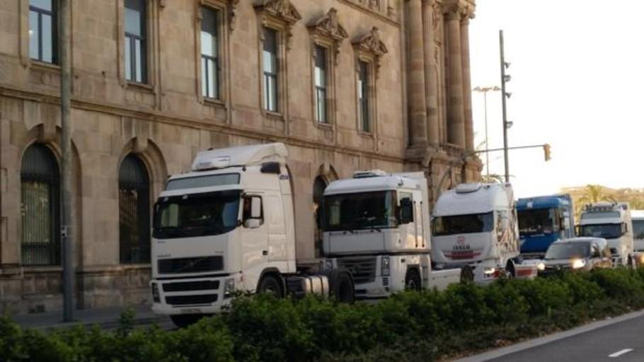 La huelga de transportistas del Puerto colapsa el centro de Barcelona con más de 500 camiones