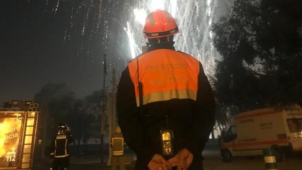 Efectivos de Protección Civil durante el disparo del castillo de fuegos artificiales