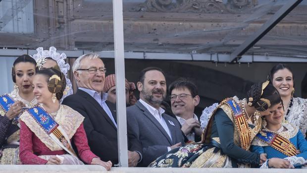 El ministro de Fomento, José Luis Ábalos, en el balcón del Ayuntamiento durante la mascletà de Fallas 2019
