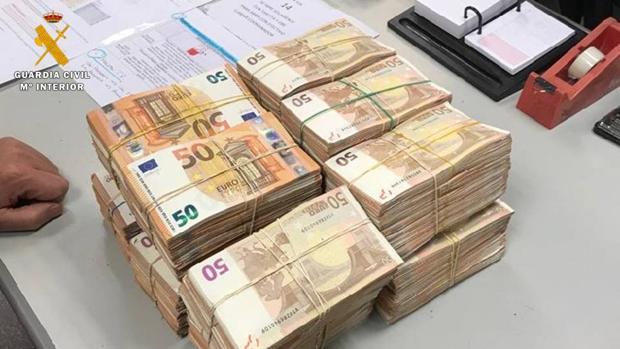 Los doce fardos de billetes de 50 euros que intervino la Guardia Civil