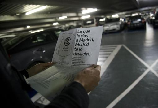 Las cajas manuales de «parkings» como el de la plaza del Carmen –arriba– se convierten en puntos de información para los conductores. Sobre estas líneas, uno de ellos consultando un folleto