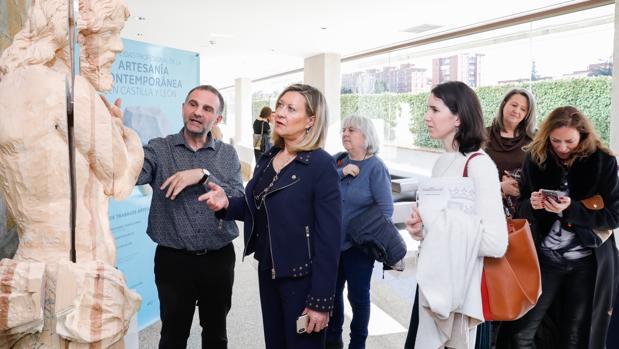 La candidata a la Alcaldía de Valladolid y todavía consejera de Economía y Hacienda, ha inaugurado en las Cortes la jornada «La realidad profesional de la artesanía contemporánea en Castilla y León» organizada por Foacal