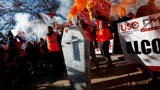 Protesta de los trabajadores de Alcoa en Madrid contra el cierre de las plantas de La Coruña y Avilés