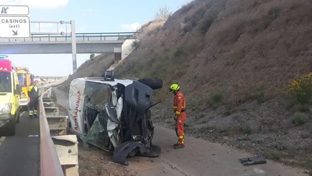 Estado en el que ha quedado la ambulancia tras volcar