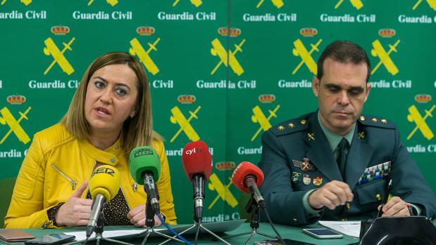 La delegada del Gobierno, Virginia Barcones, y el teniente coronel de la Guardia Civil, Javier Peña, presentan la operación