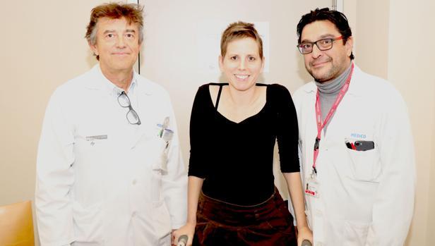 Imagen de la paciente junto a los doctores