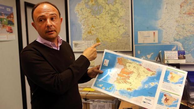 El profesor Alberto Ruano muestra un mapa de España con las zonas más afectadas por el radón