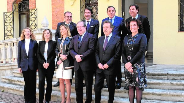 El Gobierno regional se hizo ayer su última fotografía con Milagros Marcos y Alicia García como consejeras