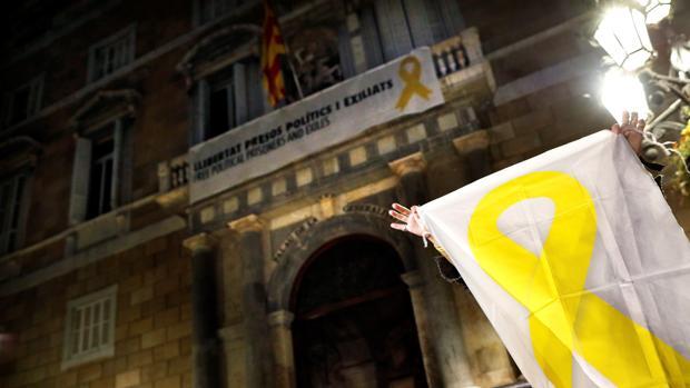 Fachada del Palacio de la Generalitat ayer por la noche, aún con los lazos amarillos