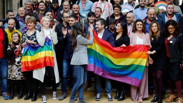 Imagen de la celebración de la aprobación de la ley en las Cortes Valencianas encabezada por Mónica Oltra