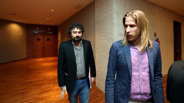 Los líderes de IU y Podemos en Castilla y León, Sarrión y Pablo Fernández, en una imagen de archivo