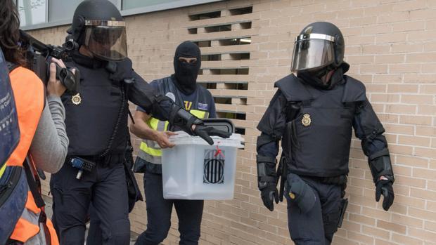 La Policía Nacional requisa urnas durante el referéndum ilegal del 1-O en un colegio catalán
