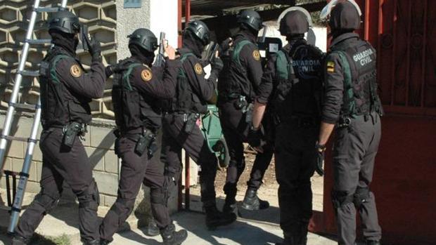 Agentes de unidades especiales de la Guardia Civil, durante la entrada y registro de la casa zaragozana en la que se hallaron los zulos con armas