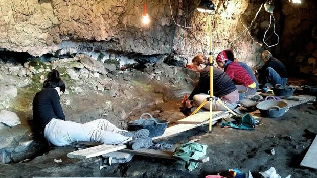 Investigadores del Grupo de Arqueología de Alta Montaña, durante las prospecciones en abrigos rocosos del Parque Nacional de Ordesa y Monte Perdido