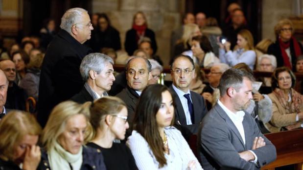 Camps (sentado) y Cotino (de pie), en la misa del funeral de Rita Barberá