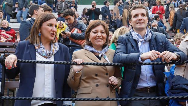 María José Catalá, Isabel Bonig y Pablo Casado, en la plaza de toros de Valencia