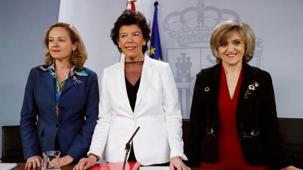 La portavoz del Gobierno, Isabel Celáa, junto a las ministras Calviño (i) y Carcedo (d)