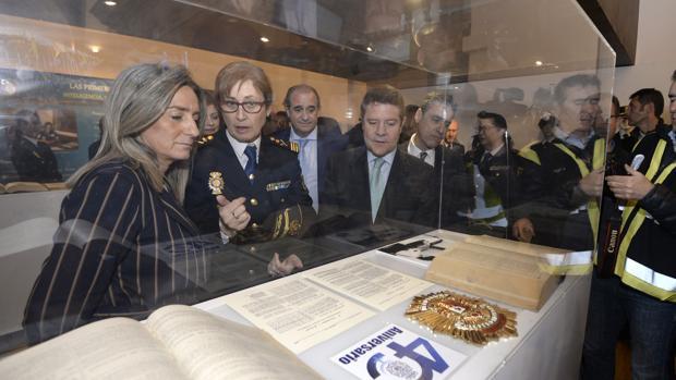 Milagros Tolón y Emiliano García-Page, junto a Francisco Pardo, observan una de las vitrinas