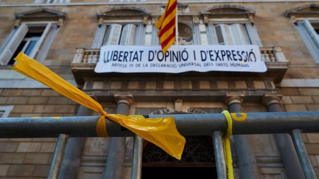 El presidente catalán, Quim Torra, colgó ayer al mediodía una nueva pancarta