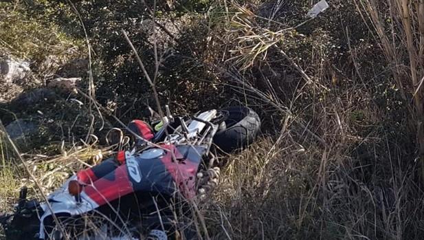 Imagen de la moto tras el accidnete mortal en la carretera CV-720 en Alicante