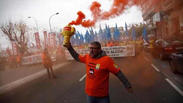 Protesta de los trabajadores de la planta coruñesa de Alcoa ante el anuncio de cierre