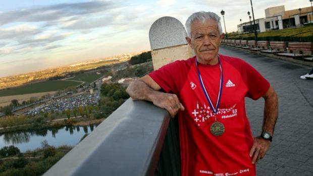 El atleta veterano de Toledo, Juan López García, posa en una imagen de archivo