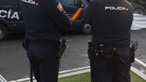 Imagen de archivo de dos policías nacionales en La Coruña