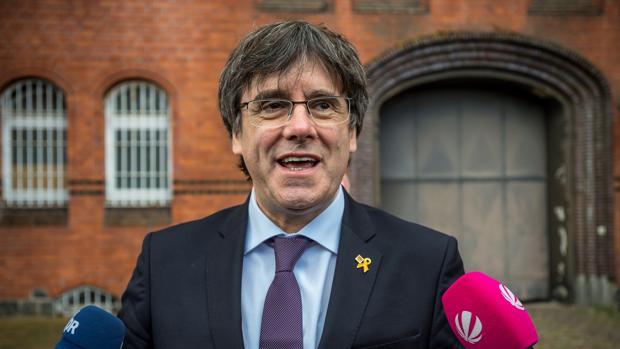 El expresidente de la Generalitat Carles Puigdemont hace una declaración a la prensa a las puertas de la prisión de Neumünster (Alemania)