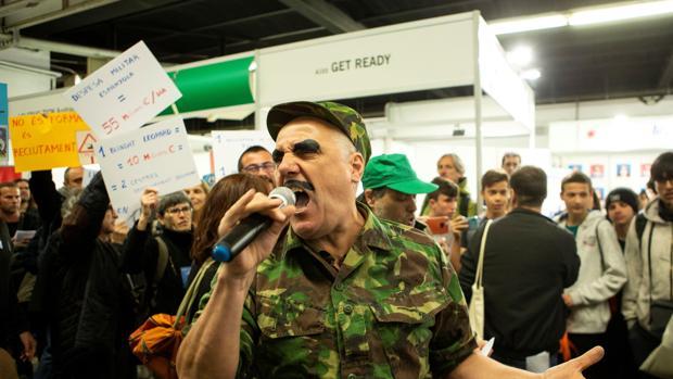 Protesta por la presencia del Ejército enel salón de la Enseñanza este año