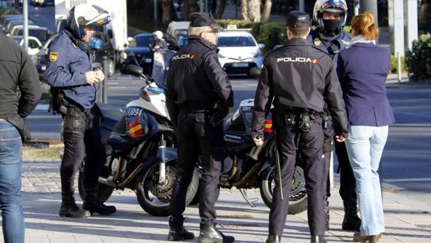 Agentes de la Policía Nacional conversando con una mujer
