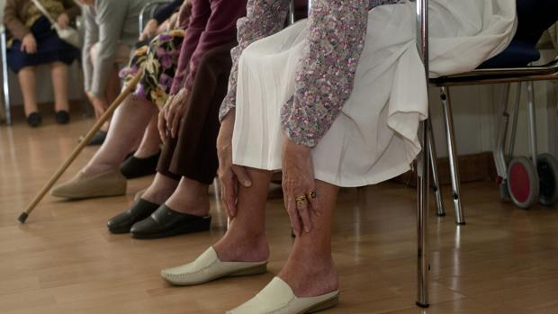 Usuarios de una residencia de mayores en una clase de gimnasia