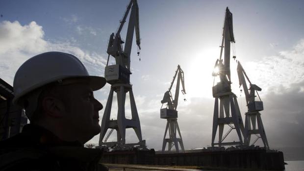 Grúas en el astillero ferrolano de Navantia en el que se construirán las fragatas