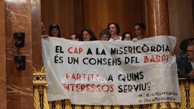 Protesta de los vecinos del Raval en el pleno municipal