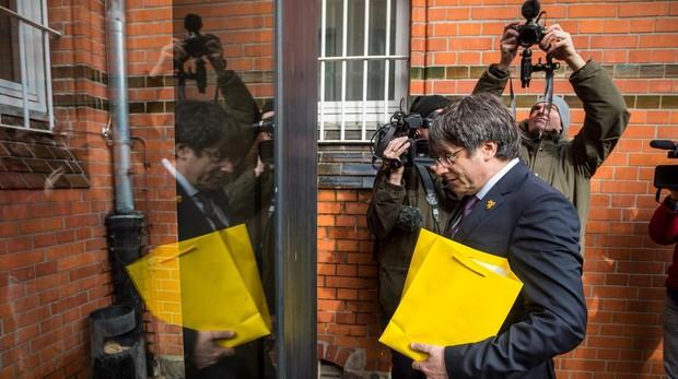 Carles Puigdemont, en una visita a la cárcel alemana en la que estuvo preso