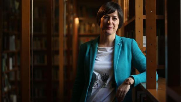 La portavoz nacionalista, Ana Pontón, en la biblioteca del Parlamento de Galicia