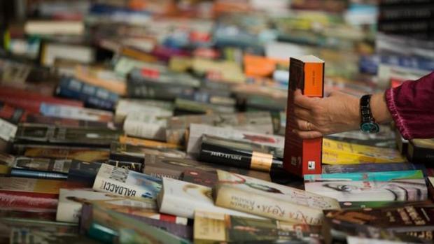 Un hombre comprando libros durante la diada de Sant Jordi