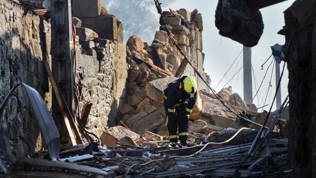 Destrozos en la parroquia de Paramos ocasionados por la explosión del polvorín ilegal