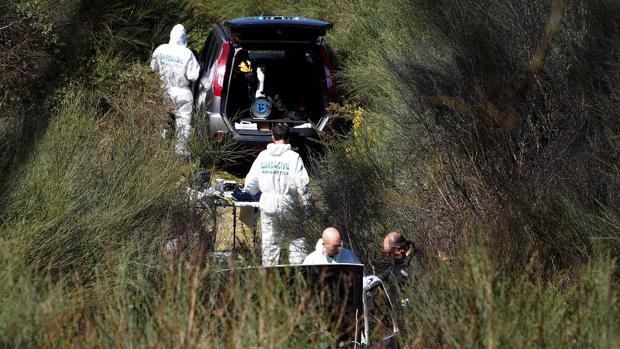 Investigadores en el lugar en el que apareció el cuerpo