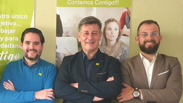 David Caballero (izquierda), junto a Sempere (derecha) y otro compañero de su nuevo partido político
